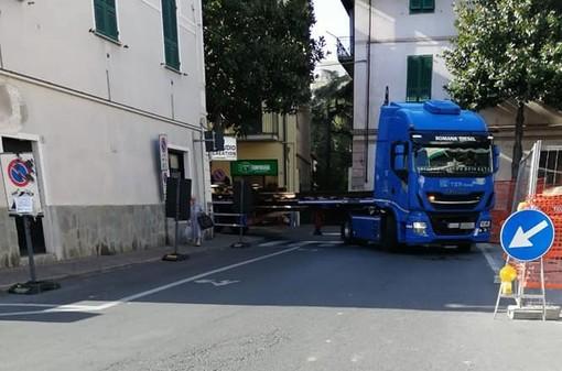 Camion danneggia una panchina in via Patrioti: il Comune di Albenga chiede i danni