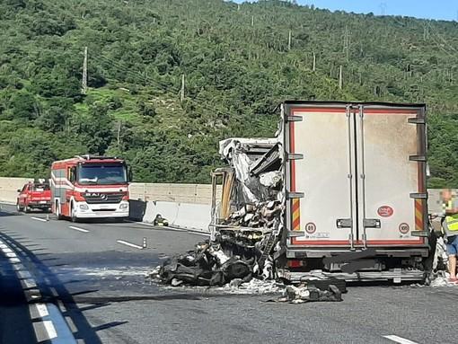 Camion in fiamme sulla A10: riaperto in entrambe le direzioni il tratto temporaneamente chiuso tra Varazze e Albisola (FOTO e VIDEO)