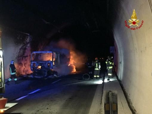 Camion in fiamme in galleria: soccorsi alle prese con la nube di fumo per salvare gli intossicati (VIDEO)