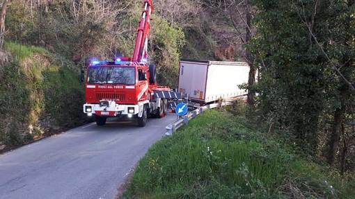 Camion disincastrato: libera la strada a Stella San Martino (FOTO)