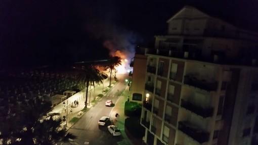 Albenga, chiosco in fiamme sul lungomare: vigili del fuoco mobilitati (FOTO)