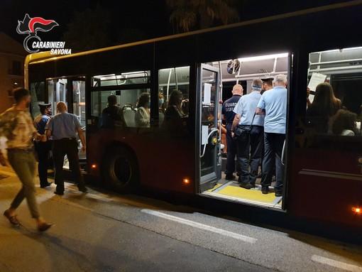 Alassio, controlli dei carabinieri sui bus del trasporto pubblico: multati passeggeri senza mascherina (FOTO)