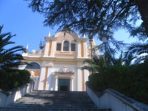 Ruba le elemosine in chiesa a Celle Ligure e orina contro le colonne: denunciato dai carabinieri