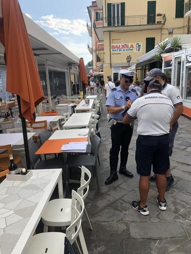 Sequestrati tavolini e sedie a un locale di Alassio: operazione congiunta della polizia locale e della guardia costiera