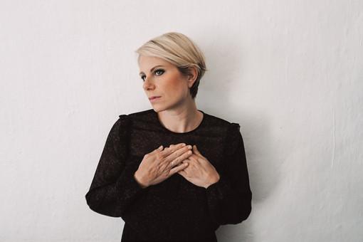Oggi pomeriggio su Radio Onda Ligure 101 l'intervista alla cantautrice ligure Chiara Ragnini