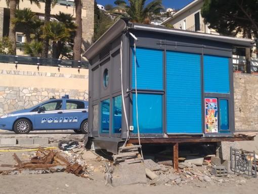 Alassio, rottami metallici abbandonati sulla spiaggia: sanzionati i titolari di un chiosco bar