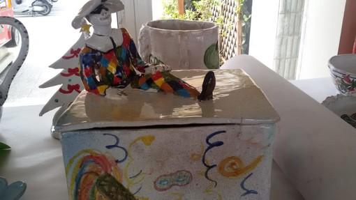 """I giovani artisti della scuola """"Aycardi-Ghiglieri"""" espongono le loro ceramiche a Finale"""