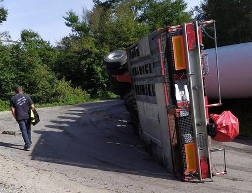 Camion si ribalta e perde pala eolica: domani mattina Sp 12 riaperta, ma solo una corsia