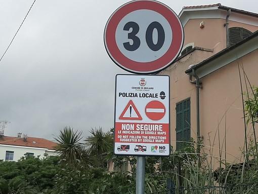 """""""Non seguire le indicazioni di Google Maps"""": i cartelli per evitare ingorghi dei mezzi pesanti a Quiliano"""