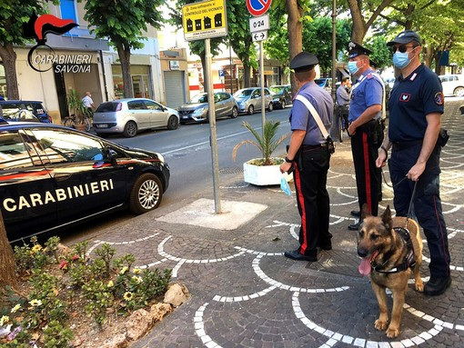 Albenga, 29enne danneggia autovetture ed arredi urbani: arrestato dai carabinieri
