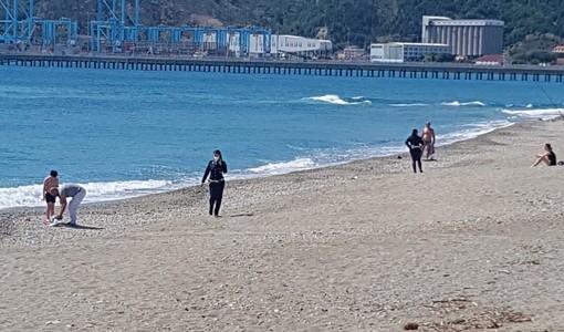 Savona, nonostante il bel tempo sulle spiagge libere vincono i controlli (FOTO e VIDEO)