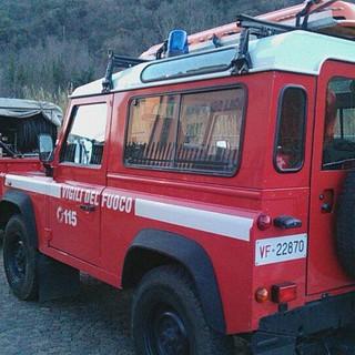 Autovettura in fiamme sulla via Aurelia a Bergeggi