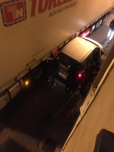 Camion incastrato a Bastia d'Albenga: si accende il dibattito