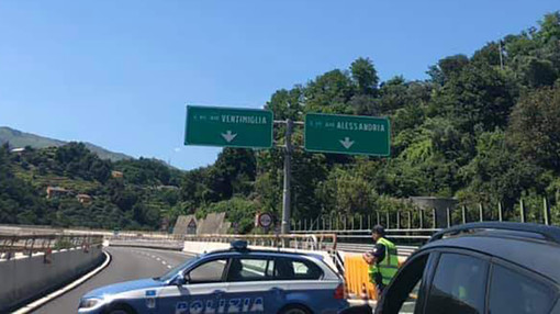 Cartellone pericolante sulla A10: rallentamenti al traffico in direzione ponente all'altezza del bivio con la A26