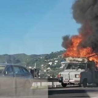 Spotorno, camper in fiamme sulla via Aurelia: mobilitati i vigili del fuoco