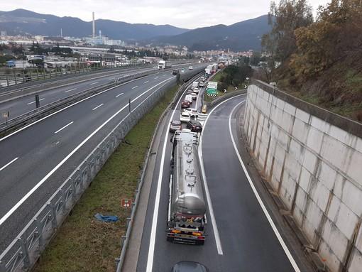 Camion perde il carico: casello A10 di Savona chiuso in direzione Francia