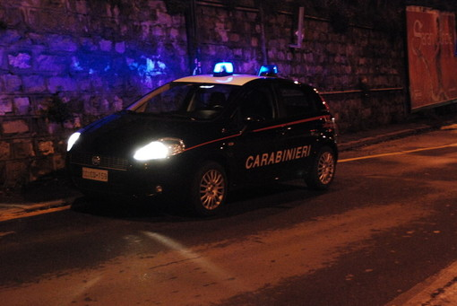 Ubriaco danneggia auto in sosta a Spotorno, 20enne denunciato dai carabinieri
