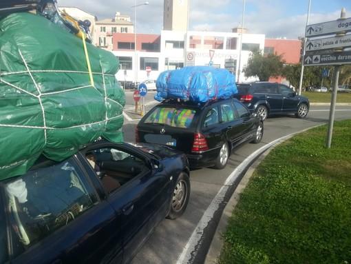 Savona, controlli della polizia locale sui bus in viaggio per le gite scolastiche: sanzionato autista