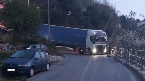 Autostrada chiusa, tir sulle provinciali: tre rimangono bloccati a Orco Feglino (FOTO)