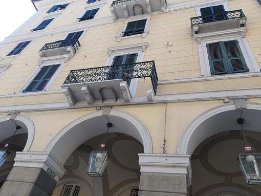 Savona, crolla una parte di un balcone in via Paleocapa (FOTO)