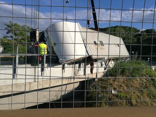 Camion che trasportava cavalli ribaltato in autostrada: riaperto lo svincolo della A6