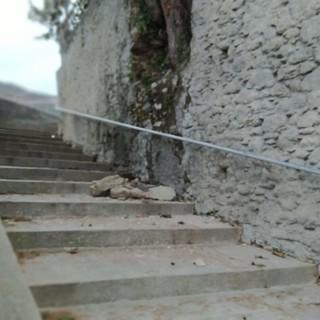 Giustenice, crolla una porzione del muro di piazza Don Noli: evacuata un'abitazione e interdetto l'accesso della scuola materna (FOTO)
