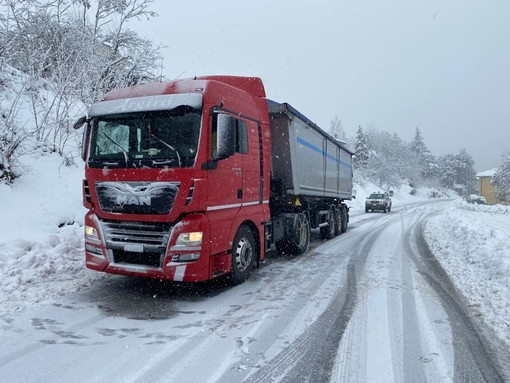 """Mezzi pesanti bloccati dalla neve in Val Bormida. Il sindaco di Cosseria: """"Sensibilizzare gli autisti al corretto uso delle catene"""""""