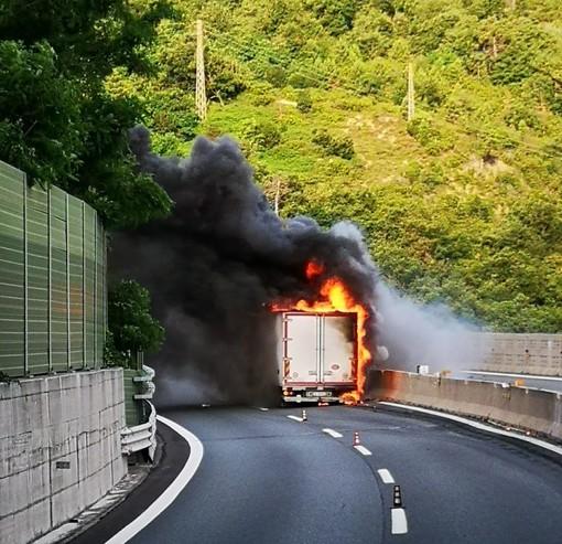 A10, camion in fiamme tra Albisola e Savona: autostrada chiusa