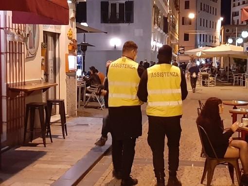 """Movida in Darsena, steward e polizia locale al lavoro dopo il """"caso assembramenti"""". Sindaco Caprioglio: """"Se le cose non vanno farò un'altra ordinanza"""" (FOTO E VIDEO)"""