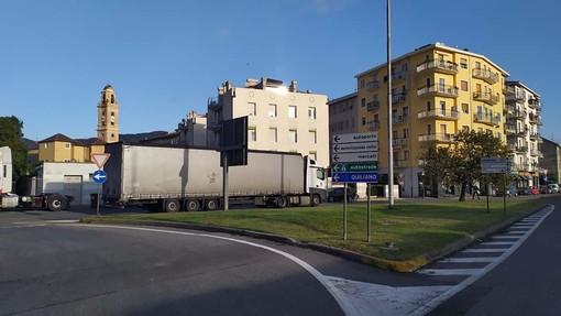Savona, tir contromano nella rotatoria di piazzale Amburgo