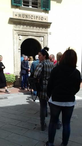Nella foto: cittadini in coda davanti all'ufficio di Ponente Acque a Pietra Ligure