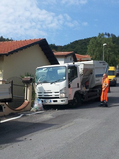 Tovo San Giacomo, cede il freno a mano, camion dei rifiuti abbatte palo della luce e danneggia cancellata