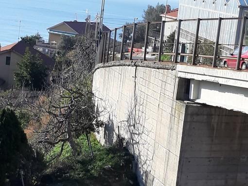 Celle, crepa sul cavalcavia che sovrasta l'autostrada: l'allarme sui social (FOTO)