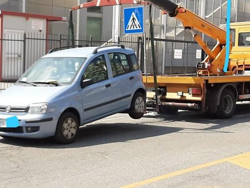 """Savona, prevista la pulizia del controviale di Corso Colombo ma le auto sono in divieto. Il sindaco Caprioglio """"tira le orecchie"""" ai cittadini"""