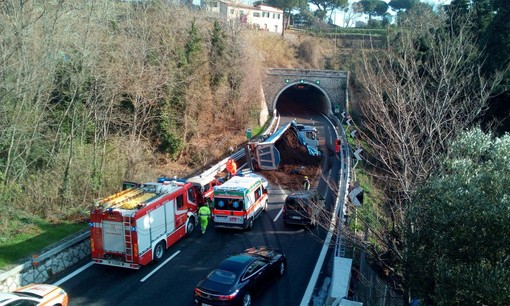 Incidente sulla A10: camion si cappotta tra Albisola e Celle Ligure (FOTO e VIDEO)