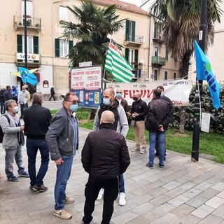 I lavoratori di Funivie in presidio davanti alla Prefettura di Savona