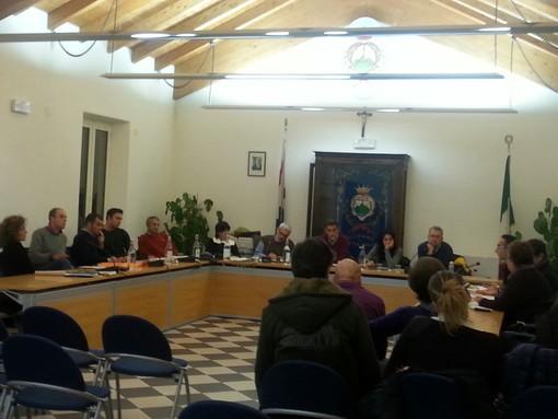 Consiglio comunale a Pietra Ligure: Valeriani vs Carrara e Mattea su rifiuti e bilancio