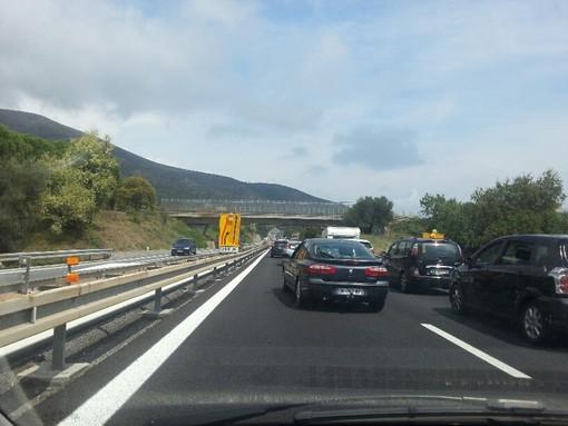 Auto si capotta sulla A10: chilometri di coda tra Orco e Finale, conducente illeso