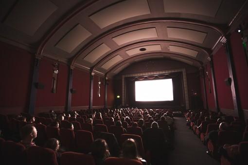 Cinema e teatri, la capienza sale all'80%, al 75% negli stadi. Niente da fare per discoteche e concerti
