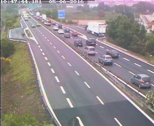 Camion in panne in A10 direzione Francia: uscita obbligatoria a Pietra Ligure, circolazione rallentata