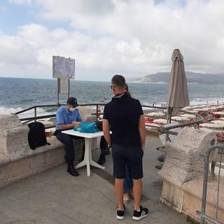 Riapertura spiagge libere, viaggio da Savona a Varazze: gli steward al lavoro (Foto e Video)