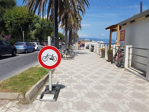 Slalom tra i pedoni sul lungomare di Albenga: posizionati cartelli di divieto alle biciclette