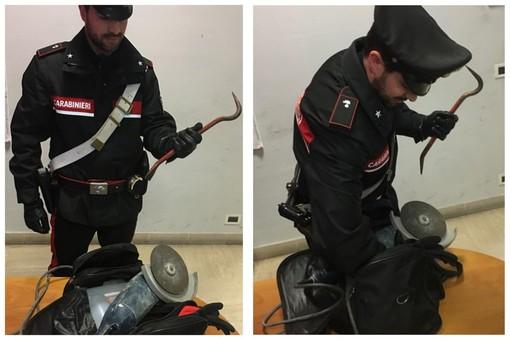 Scoperti a rubare, si danno alla fuga. Poi aggrediscono i carabinieri: topi d'appartamento arrestati ad Albenga