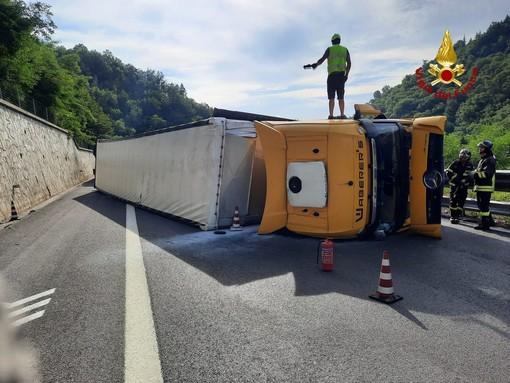 Camion ribaltato in autostrada: riaperta l'A6 tra Millesimo e Ceva
