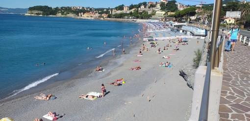 Celle, vandali nella spiaggia libera dei Piani: bruciati i paletti per il distanziamento sociale