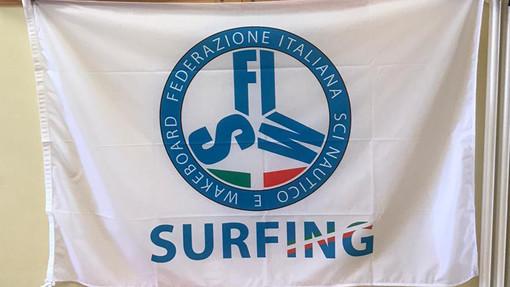Andora, l'ASD Cinghiale Marino surf club consegna alle scuole 700 lattine di acqua