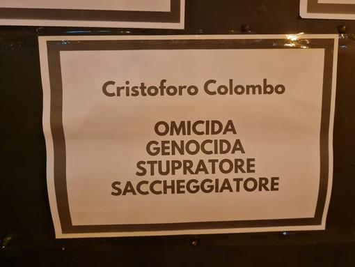 """""""Omicida, genocida, stupratore e saccheggiatore"""", cartelli contro Cristoforo Colombo sulla porta della casa natale (FOTO)"""