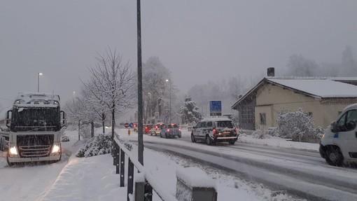 """Camion bloccati sul Vispa causa neve, De Vecchi (sindaco Carcare) spara a zero contro la Verdemare: """"Dirottare problemi su altri non è corretto"""""""