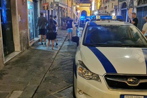 Finale, weekend intenso per la Polizia Locale: cinque multe per consumo di alcolici in area pubblica, sanzionato anche un negozio