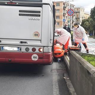 Cade mentre scende dal bus: donna soccorsa ad Albissola (FOTO)